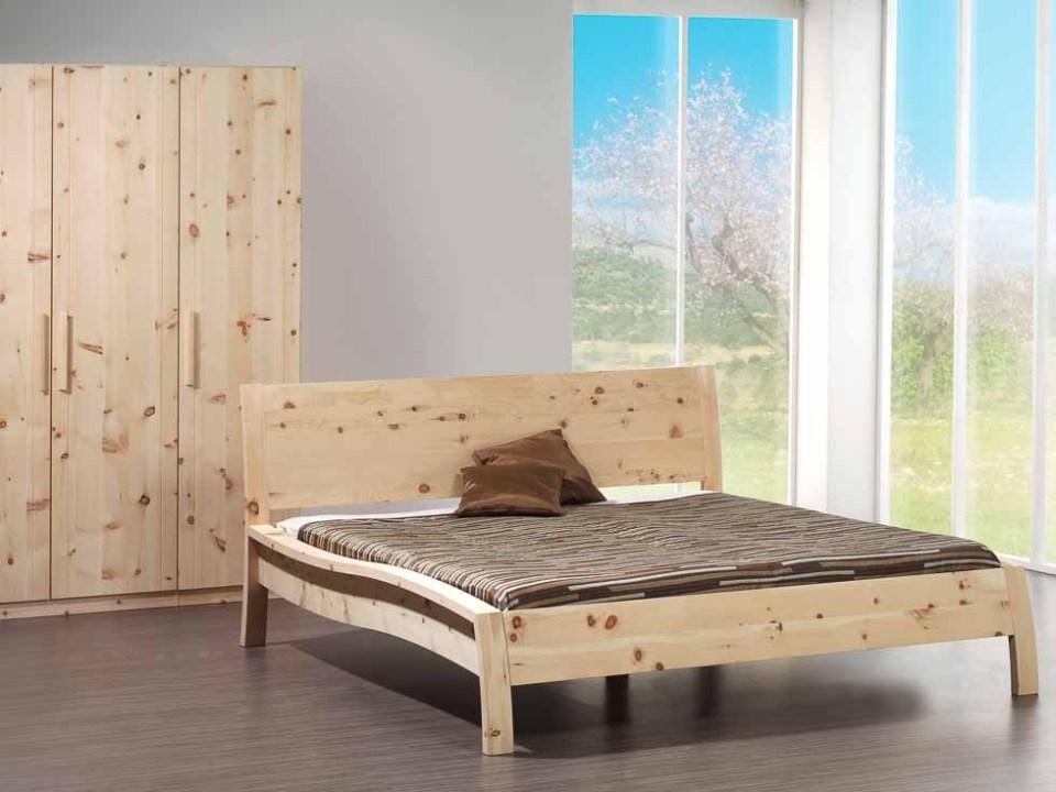 Holzschmiede Bett Akzend in Zirbenholz