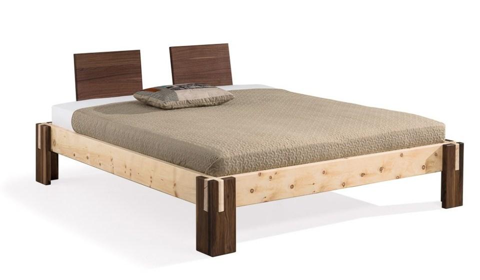 Zirbenholzbett mit Nußbaum kombiniert