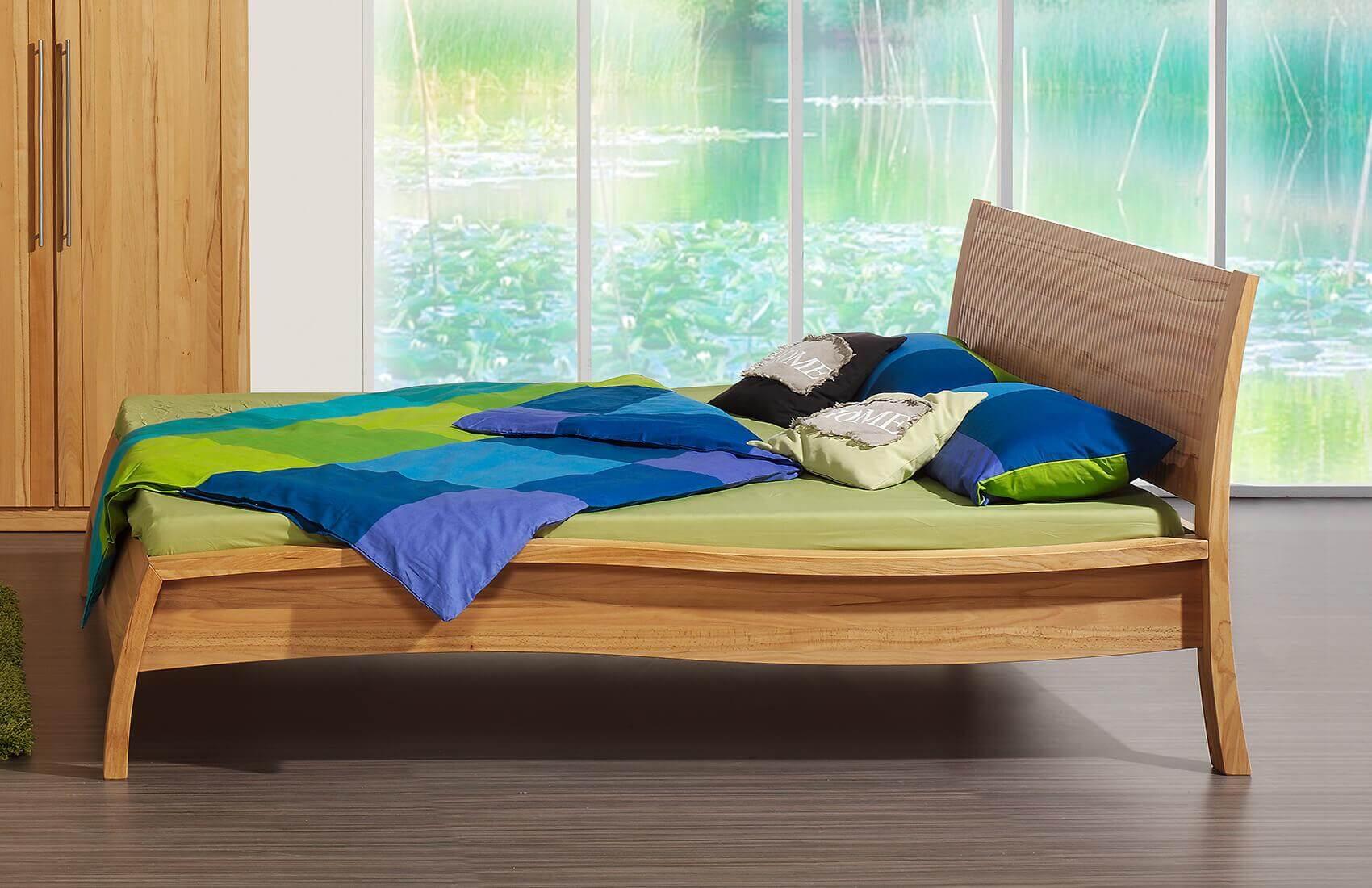 Holzschmiede Bett Massivholzbett Akzent in Kernbuche