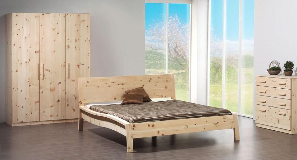 Zirbenholzbett mit Zirbenschlafzimmer